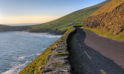 Traumafte Panorama Straße auf der Dingle Halbinsel. Ein absolutes Highlight jeder Irland Rudnreise